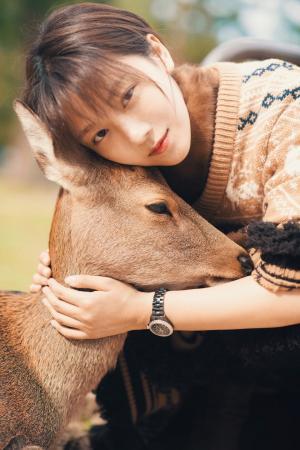 菅纫姿与小动物的可爱合拍照图片