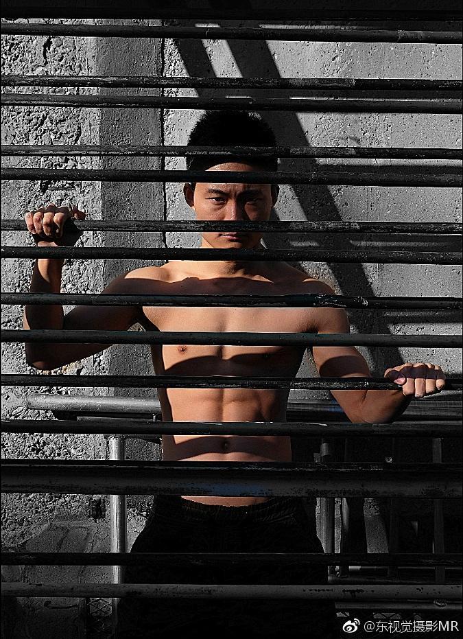 禁锢、囚禁的帅哥图片