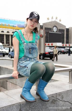 人体艺术模特张筱雨在哈尔滨火车站的街拍图片