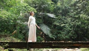 美女胡静晒溪边练瑜伽照片