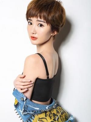 美女毛晓彤穿吊带性感写真