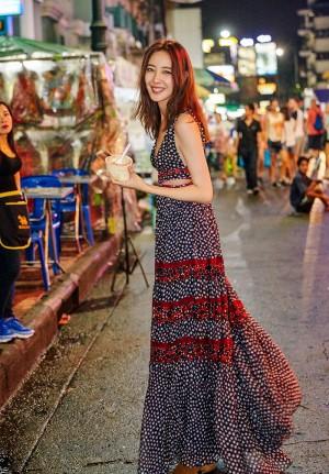 米露吊带碎花裙性感街拍图片