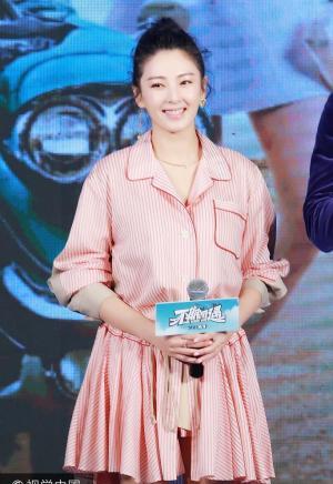 张雨绮条纹衬衫裙甜笑似少女