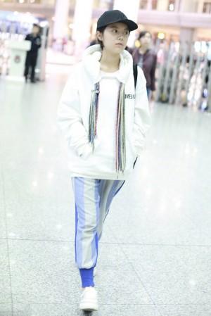 赵今麦青春可爱机场照图片
