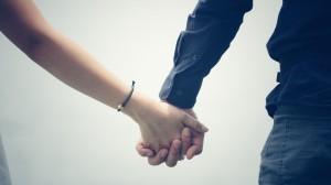 甜蜜情侣牵手图片