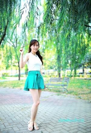 伊贞羽绿色超短裙写真