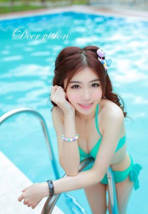 泳池里似水中精灵的马卡龙粉嫩少女