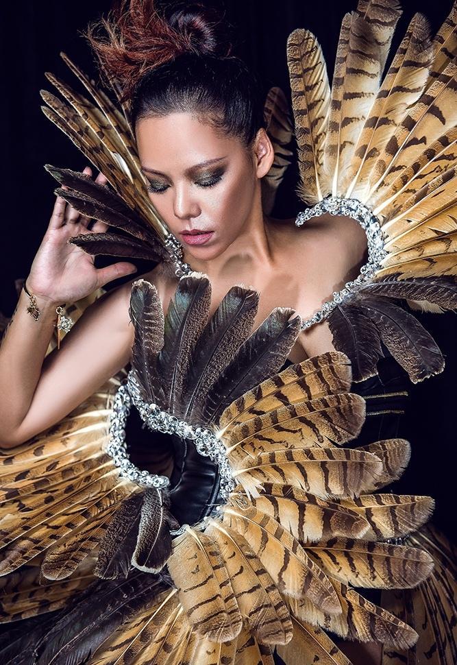 美女张惠春野性羽毛写真曝光 黝黑皮肤显健康美