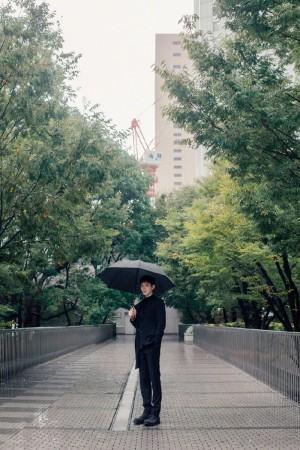 陈飞宇黑色西装成熟帅气写真图片