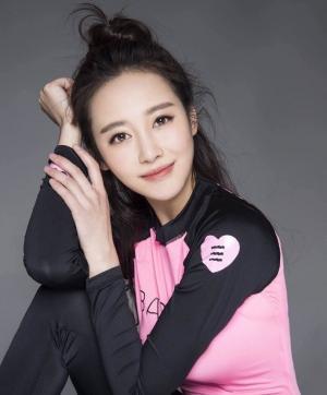 美女演员李纯运动风写真蜂腰翘臀好身材