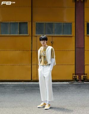 施展姜黄T恤简约时髦写真图片