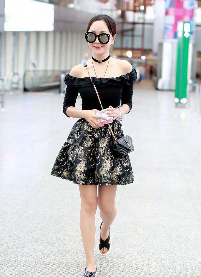 杨蓉露香肩秀美腿小性感写真