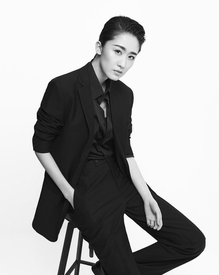 张雯打造现代职场女王范黑白极简写真大片