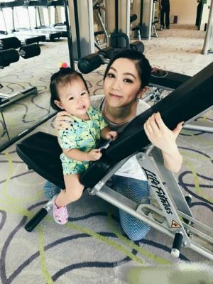 邓紫棋带干女儿健身房摄影图片