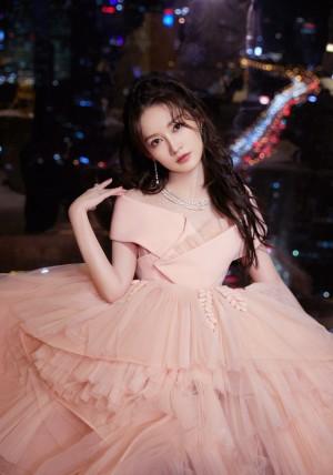 李沁一字肩粉裙甜美写真图片