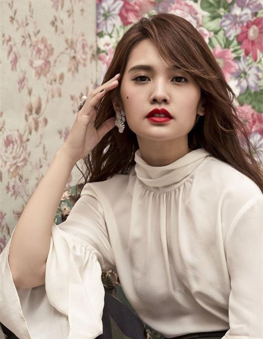 杨丞琳拍大片变轻熟女烈焰红唇气质优雅写真