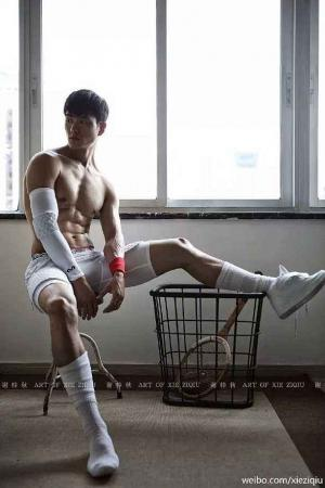 白袜肌肉帅哥写真,展示完美性感腹肌