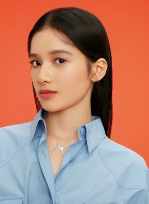 张婧仪青春洋溢时尚杂志妩媚写真图片