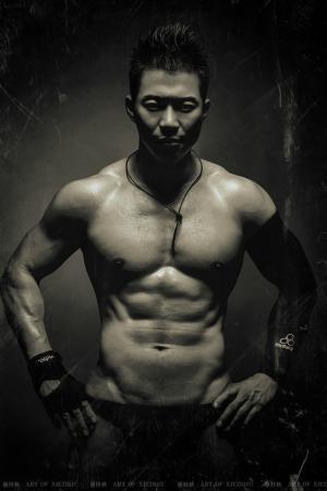 熟男赵天辉的一组黑白系健体图片