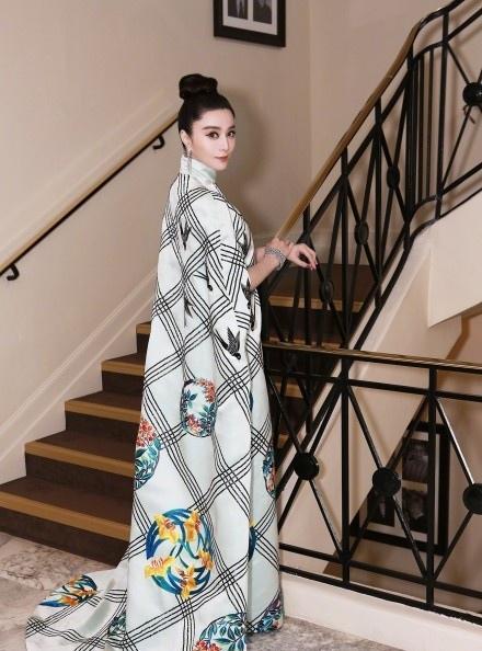 范冰冰玩转中国风 格纹长裙端庄大气写真