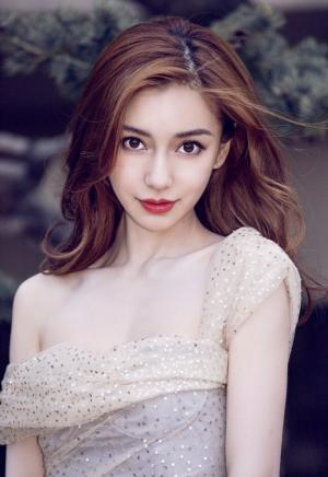 Angelababy白色仙裙大秀美背香肩女人味写真图片
