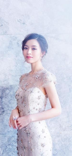 文咏珊优雅白色礼服