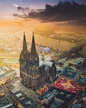 德國科隆大教堂和旁邊的圣誕市場