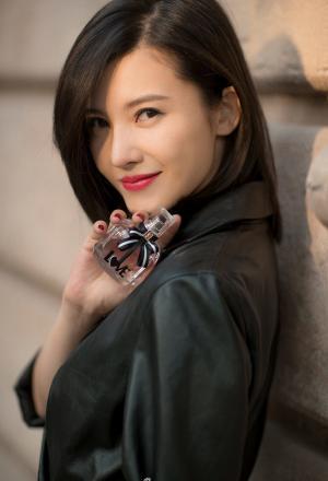 甜蜜夫妇杨子姗吴中天巴黎街头写真大片