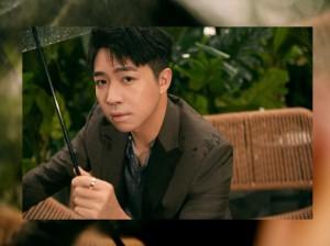 俞灏明雨中撑伞氛围感大片