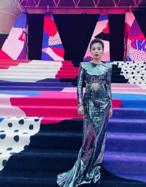 刘涛黑色亮片裙腰间镂空迷人身材性感优雅