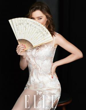 米兰达可儿透视旗袍持扇秀美腿中国风时尚大片
