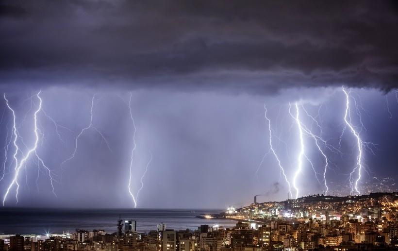 电闪雷鸣的夜空景象写真图片