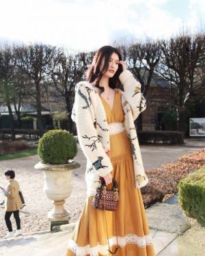 何穗着深v黄色连衣裙露肩撩发展现非凡魅力
