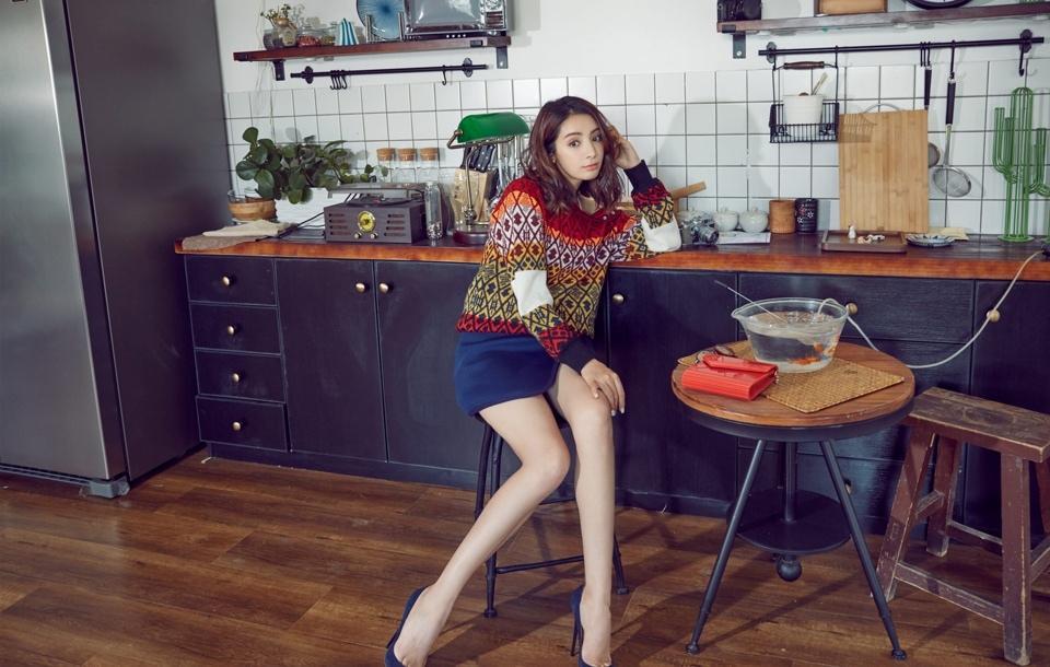 麦迪娜曝时尚街拍长腿吸睛写真