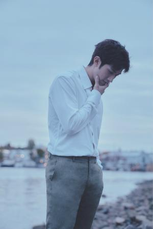 李治廷白衬衫温文儒雅帅气清新海边写真
