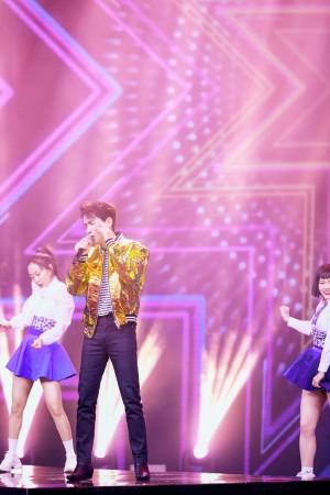 朱一龙东方卫视春晚酷帅舞台照图片