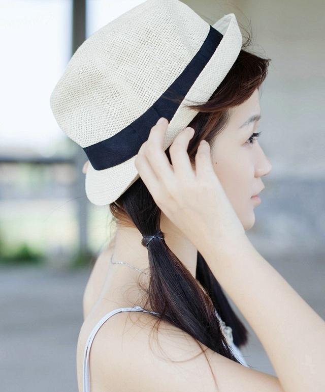 清纯性感少女夏日逆光写真肌肤白嫩胜雪