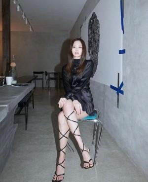 Jennie高跟罗马鞋性感写真