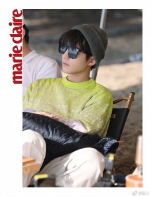 王俊凯荧光绿色字母图案毛衣舒适时尚写真图片