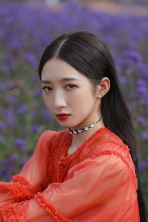 孟美岐红色纱裙优雅图片写真