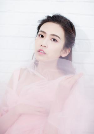 刘美彤粉色清新时尚杂志写真图片