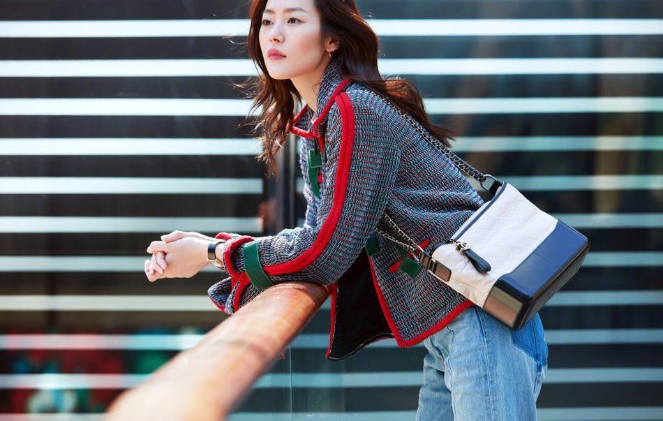 超模刘雯街拍秀长腿 靓丽动人如沐春风写真