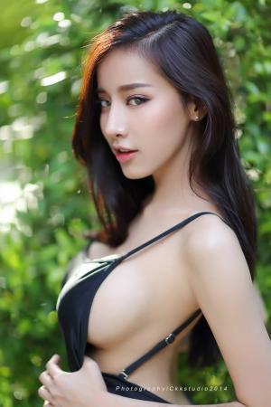 性感女神Pichana Yoosuk蓝色比基尼呈现诱人身材