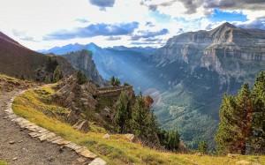 比利牛斯山迷人风景桌面壁纸