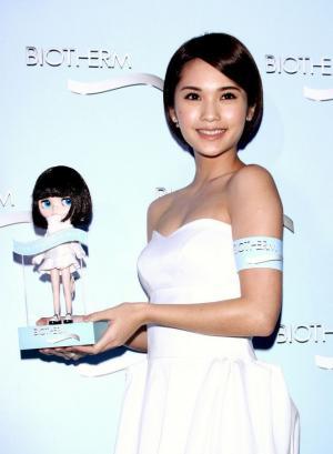 短发杨丞琳白色礼服裙代言