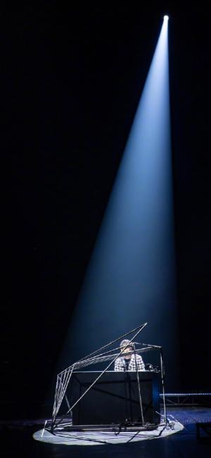 抖音林俊杰演唱会洒下一束光手机壁纸