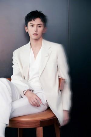 张哲瀚白色西服简约有型质感写真图片