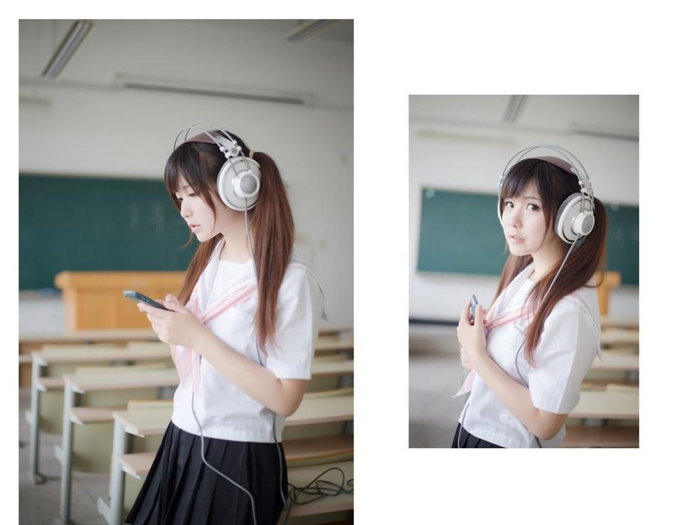 教室里静静的享受音乐的少女写真