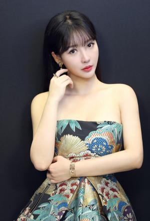 柳岩美肌白皙印花连衣裙优雅