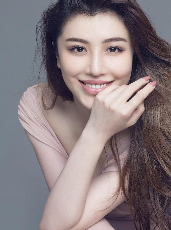 美女刘翔前妻葛天火辣写真 低胸深V大秀身材